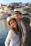 Retrato de pares de sorriso novos de turistas imagem de stock