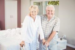 Retrato de pares de sorriso superiores com caminhante fotografia de stock