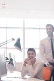 Retrato de pares do negócio no escritório Imagem de Stock