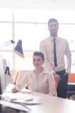 Retrato de pares do negócio no escritório Fotos de Stock