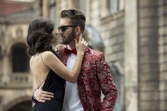 Retrato de pares elegantes novos no amor Fotos de Stock Royalty Free
