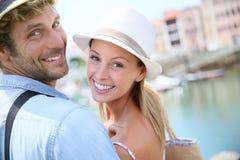 Retrato de pares felices el los días de fiesta que hacen turismo Foto de archivo libre de regalías