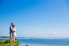 Retrato de pares felices en el amor que presenta sobre la opinión hermosa del mar Fotografía de archivo
