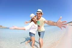 Retrato de pares felices en la playa Imagen de archivo