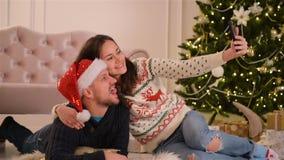 Retrato de pares felices Están haciendo Selfie y están sonriendo juntos Feliz Año Nuevo y concepto de la Feliz Navidad almacen de video
