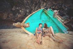 Retrato de pares felices, liying cerca de la nave vieja cerca del mar Imagen de archivo libre de regalías