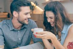 retrato de pares felizes na data romântica foto de stock