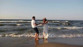 Retrato de pares felizes na praia A melhor lua de mel nunca Passam este tempo junto vídeos de arquivo