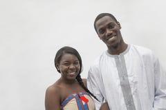 Retrato de pares jovenes en la ropa africana tradicional, tiro del estudio imagenes de archivo