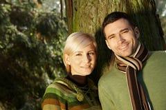 Retrato de pares jovenes en luz del sol Imagen de archivo libre de regalías