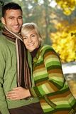 Retrato de pares jovenes en parque del otoño Fotos de archivo