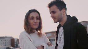 Retrato de pares jovenes en puesta del sol almacen de video