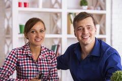 Retrato de pares jovenes sonrientes Foto de archivo libre de regalías