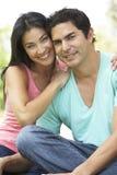 Retrato de pares latino-americanos novos no parque Imagem de Stock Royalty Free