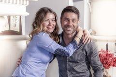 Retrato de pares loving novos bonitos em sua casa foto de stock royalty free