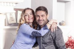 Retrato de pares loving novos bonitos em sua casa fotos de stock