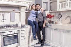 Retrato de pares loving novos bonitos em sua casa foto de stock