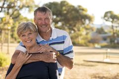 Retrato de pares maduros bonitos e felizes superiores americanos ao redor 70 anos de amor velho e afeição mostrando que sorriem j Imagem de Stock