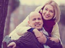 Retrato de pares maduros de sorriso felizes positivos na cidade Fotografia de Stock