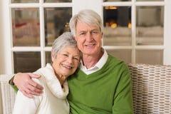 Retrato de pares maduros de sorriso na tabela Fotografia de Stock Royalty Free