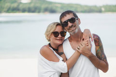 Retrato de pares maduros felices en la playa Foto de archivo libre de regalías