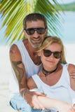 Retrato de pares maduros felices en la playa Fotografía de archivo libre de regalías