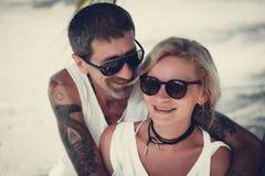 Retrato de pares maduros felices en la playa Fotos de archivo libres de regalías
