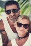 Retrato de pares maduros felices en la playa Imagenes de archivo