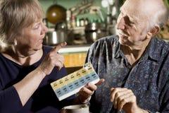 Retrato de pares mayores con la caja de la píldora Imagen de archivo libre de regalías