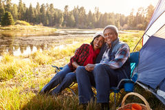 Retrato de pares mayores en Autumn Camping Trip Fotografía de archivo libre de regalías