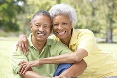 Retrato de pares mayores en parque Imagen de archivo