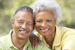 Retrato de pares mayores en parque imagen de archivo libre de regalías