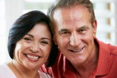 Retrato de pares mayores felices en casa Fotografía de archivo libre de regalías