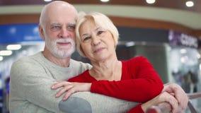 Retrato de pares mayores sonrientes en amor Familia feliz que se coloca y que abraza en la mirada de la alameda en la cámara metrajes