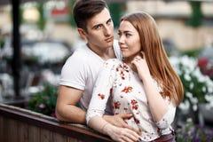 Retrato de pares modernos novos no amor, levantando fora na rua da cidade Imagens de Stock