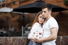 Retrato de pares modernos novos no amor, levantando fora na rua da cidade Fotos de Stock Royalty Free