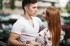 Retrato de pares modernos novos no amor, levantando fora na rua da cidade Fotografia de Stock