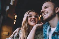 Retrato de pares novos bonitos no amor em uma cafetaria Fotos de Stock