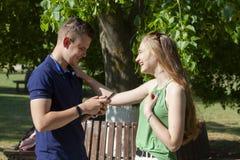 Retrato de pares novos bonitos no amor no parque imagem de stock royalty free
