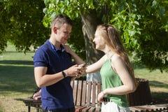 Retrato de pares novos bonitos no amor no parque imagem de stock