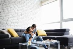 Retrato de pares novos com beijo do PC da tabuleta Fotos de Stock