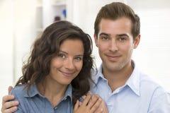 Retrato de pares novos de sorriso em casa Imagens de Stock