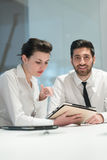 Retrato de pares novos do negócio no escritório Imagem de Stock Royalty Free
