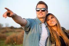 Retrato de pares novos felizes no campo imagem de stock