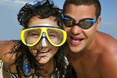 Retrato de pares románticos en la playa foto de archivo libre de regalías