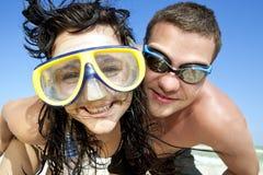 Retrato de pares românticos na praia foto de stock royalty free