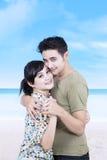 Retrato de pares românticos novos na praia Imagem de Stock