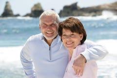 Retrato de pares sênior na praia Fotografia de Stock