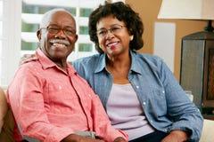 Retrato de pares superiores felizes em casa foto de stock