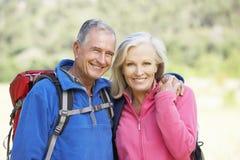 Retrato de pares superiores na caminhada Foto de Stock